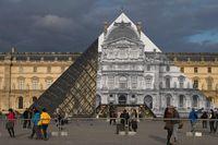 Ketika Piramida Louvre di Paris 'Menghilang'