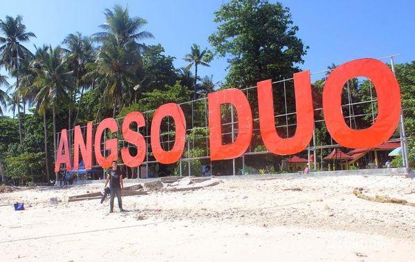 Pantai Pasir Putih Dan Makam Keramat Di Pulau Angso Duo