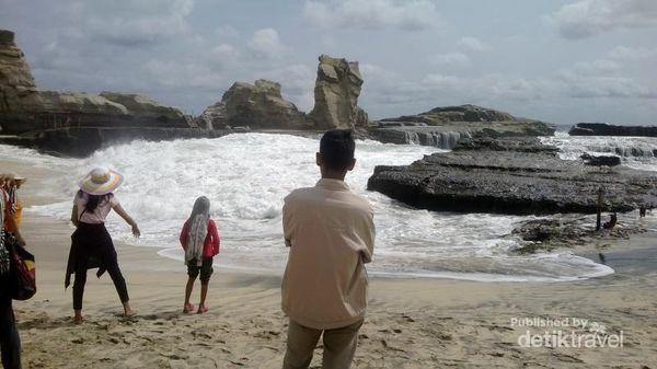 Si Ganas Yang Cantik Pantai Klayar