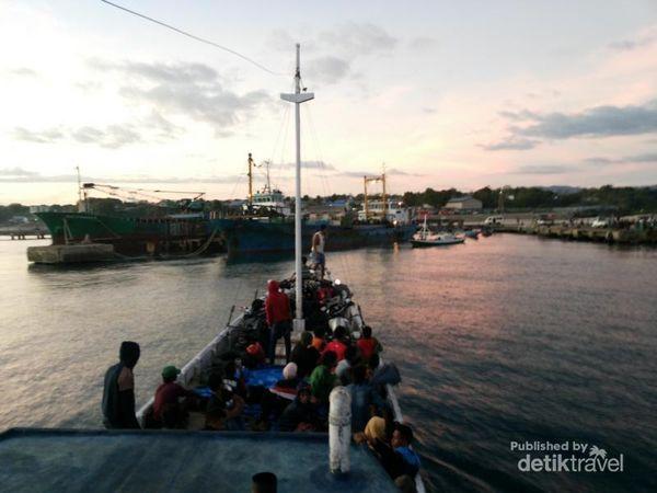 Pengalaman Melintasi Selat Sape Di Sumbawa Dengan Kapal Phinisi
