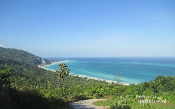 Pantai Di Kupang Ini Dihiasi Oleh Batu Warna-warni