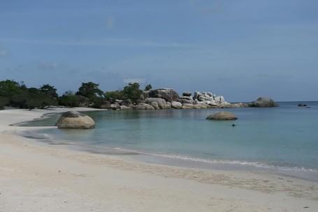 Pesona Laskar Pelangi Di Pantai Tanjung Tinggi