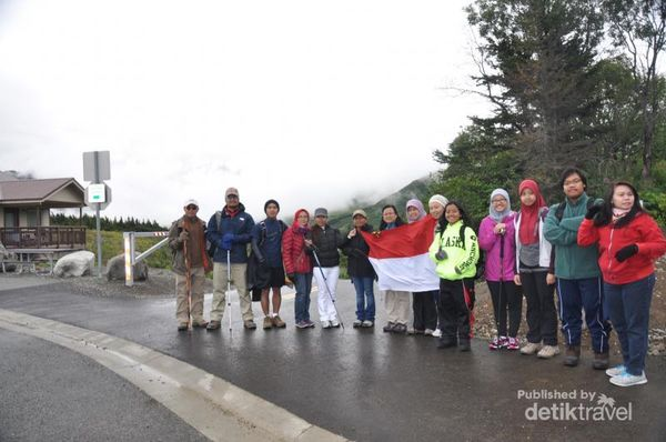Kibar Bendera Merah Putih Di Puncak Gunung Alaska, AS