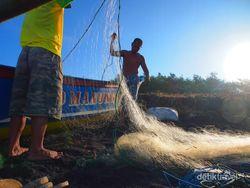 Mengintip Aktifitas Nelayan di Pantai Jatilawang
