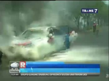 Mobil Patroli Polisi Terbakar di Jalan Raya