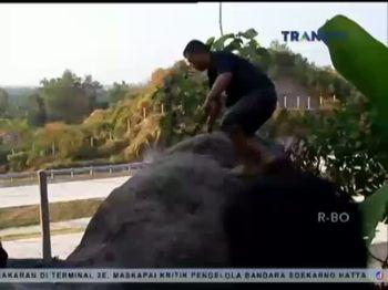 Ritual Dilakukan di Sebuah Batu Raksasa