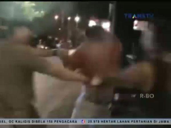 Bentrokan Petugas Satpol PP dengan Preman Pantai Losari