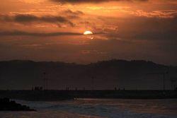 Potret Sunrise Oranye yang Dahsyat di Pantai Pangandaran