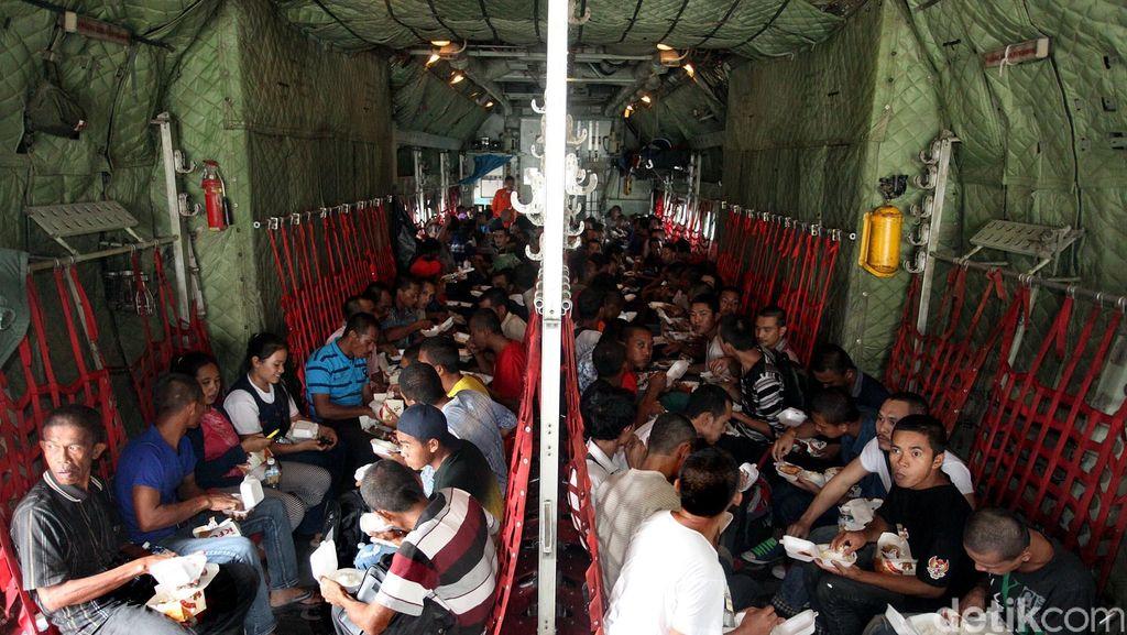 Suasana Kabin Pesawat Hercules Saat Kosong dan Penuh Penumpang