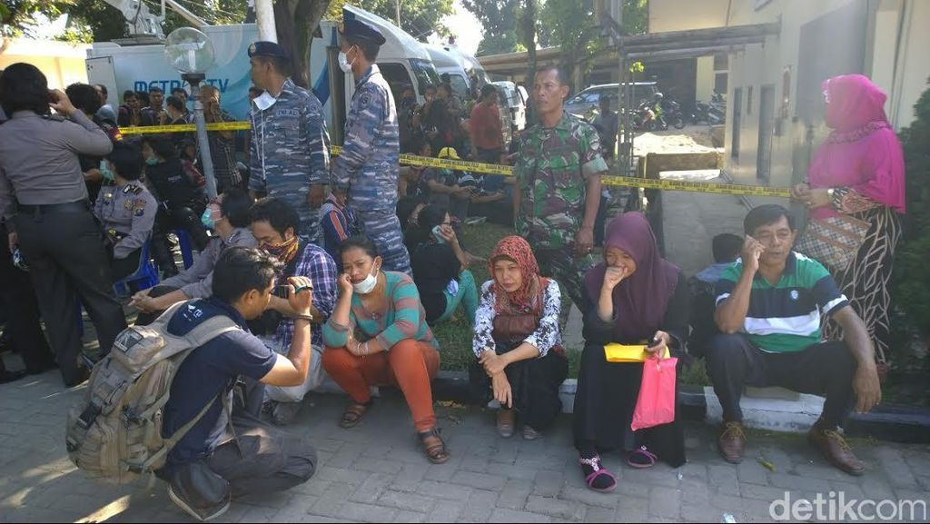 Keluarga Korban Hercules Menunggu di Tempat Seadanya di RSUP Adam Malik