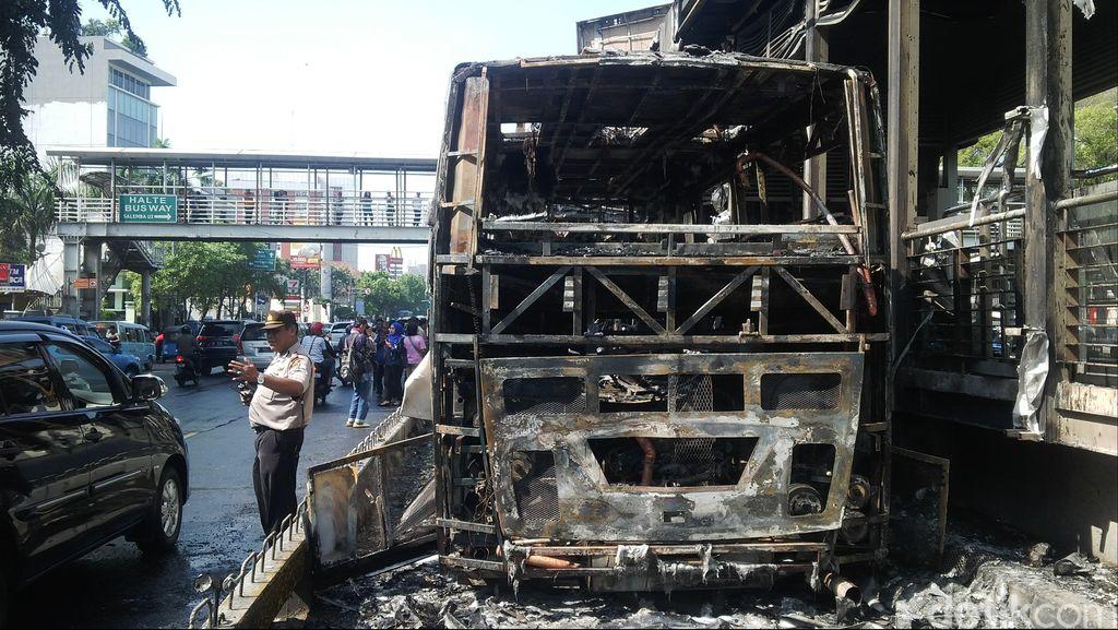 Video Dahsyatnya Api di Bus TransJ yang Merembet ke Halte Salemba