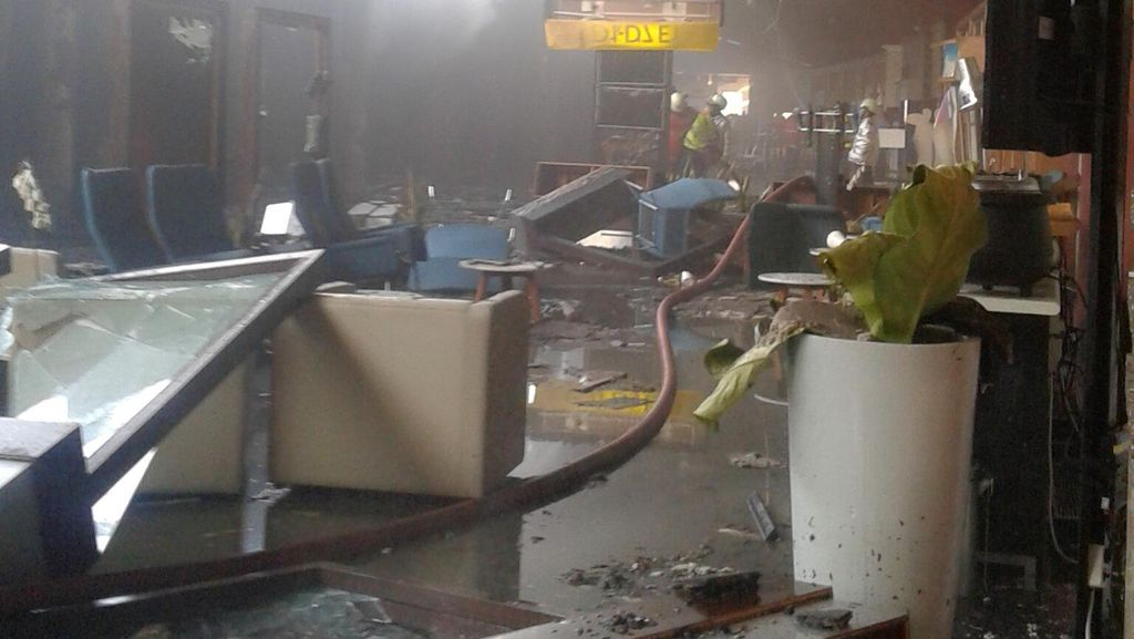 Penampakan Terminal 2E Bandara yang Porak Poranda Setelah Kebakaran
