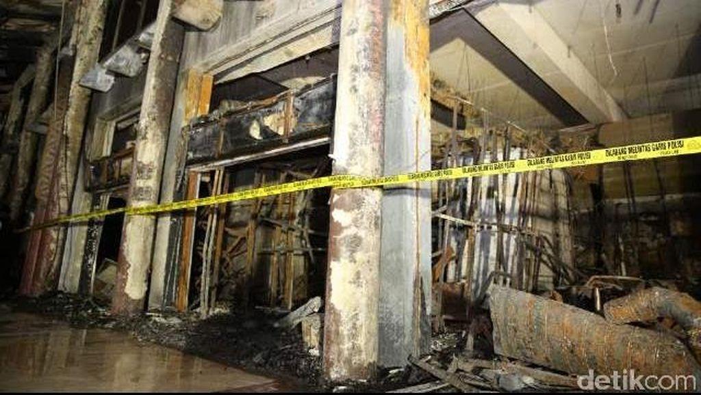 Garis Polisi Dilepas, Petugas Mulai Bersihkan JW Lounge yang Terbakar