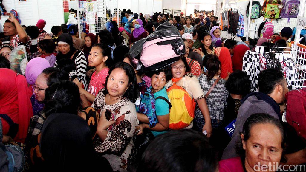 Pengunjung Jakbook Edu Fair Berdesakan, Anak-anak Kelelahan