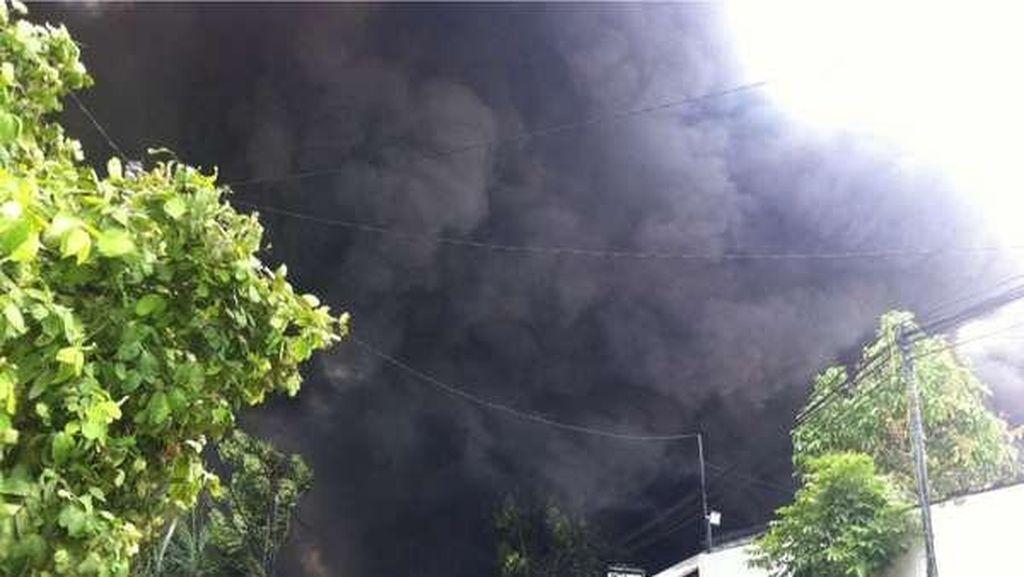 Gudang di Jatibening Terbakar Hebat, Asap Tebal Membumbung