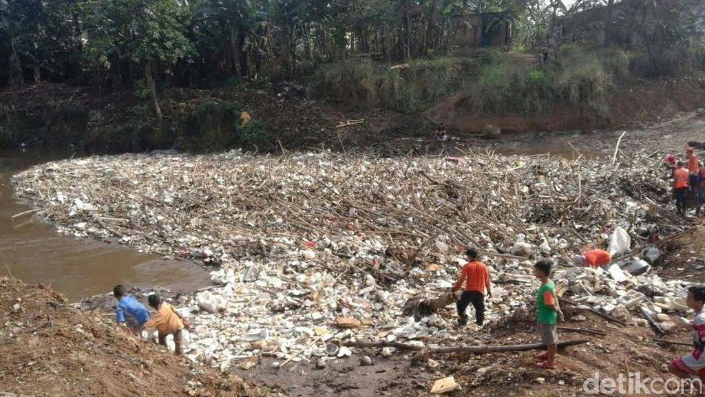 Hujan Semalam, Ini Sampah Kiriman dari Bogor ke Jakarta Via Ciliwung