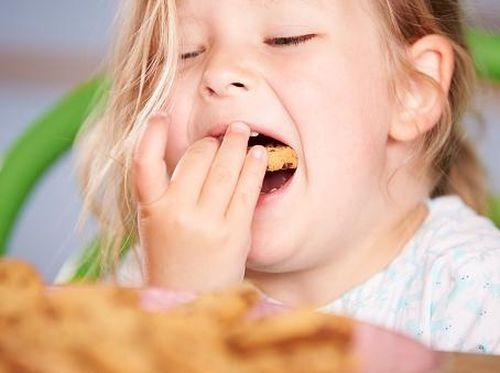 Kurangi Memberi Anak Makanan Manis Jika Tak Ingin Giginya Menghitam