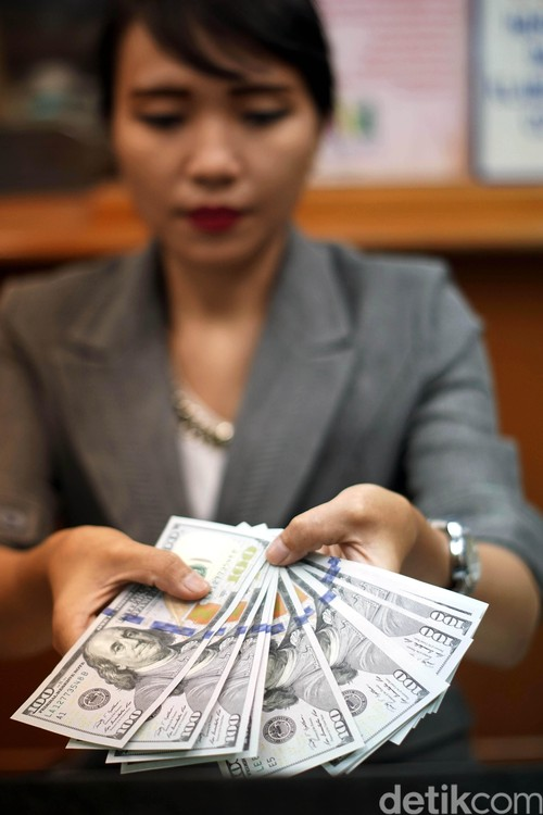 Dolar AS Dekati Rp 13.100