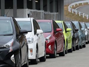 Toyota Tarik Mobil Hybrid Prius dan Lexus