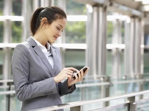 Penggunaan Ponsel Pintar Membuat Pekerja Kantoran Sering Sakit