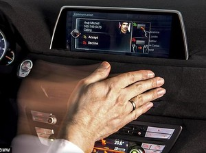 Operasikan Perangkat Hiburan BMW Cukup dengan Lambaian Tangan