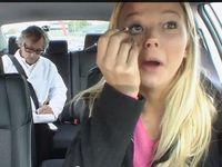 Hal Buruk yang Sering Dilakukan Wanita ketika Menyetir