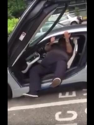 Pria Bertubuh Gemuk Ini Susah Payah Keluar Dari BMW i8