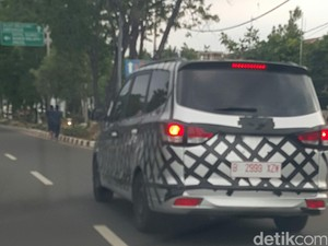 MPV China Berkeliaran di Pluit