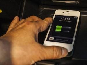 Bahaya Mengecas Baterai HP di Mobil