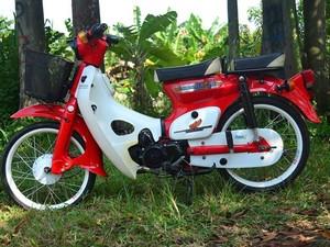 Si Mawar Merah, Honda C700 yang Romantis