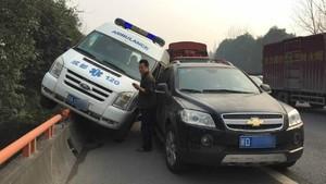 Laju Dipotong Mobil Lain, Ambulans Ini