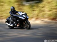 Menerobos Kemacetan Jakarta dengan Moge Honda NM4 Vultus