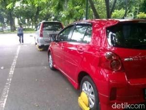 Roda Mobil Dikunci Petugas, Pria Ini Malah Hancurkan Mobilnya Sendiri