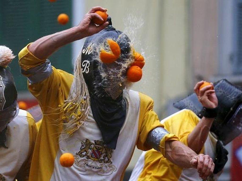 Festival Unik Saling Timpuk Jeruk di Italia