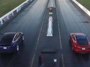 Pasangan Suami Istri Ini Adu Kecepatan Pakai Mobil Listrik