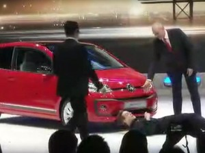 Sindir Skandal Emisi, Pria Ini Nekat Ganggu Presentasi VW