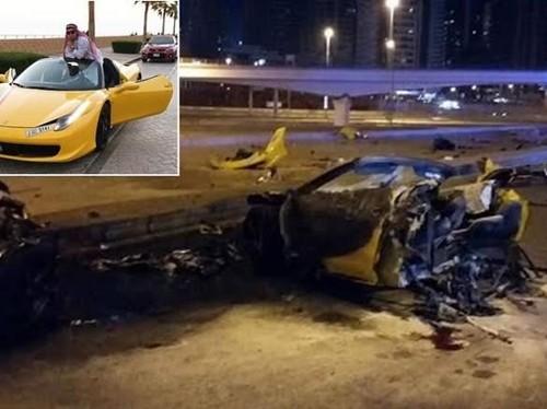 Tabrak Tiang, Ferrari Terbagi Dua, Semua Penumpang Tewas