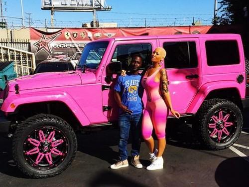 5 Seleb yang Mobilnya Berwarna Pink