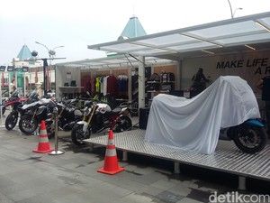 Showroom Motor di Kontainer ala BMW