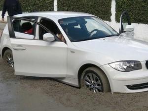 Duh, Mobil BMW Ini Terjebak di Semen Basah