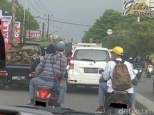 Bahaya Ah, Jangan Bercanda Sambil Naik Motor