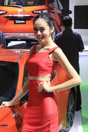SPG Berpose di Mobil Toyota