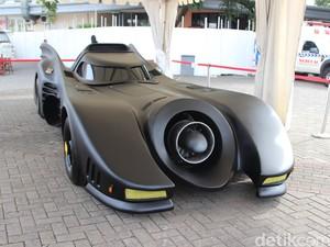 Ada yang Mau Nyogok Penjaga Mobil Batman demi Bisa Foto