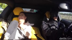 Uber Driver Berkostum Batman dan Naik Lamborghini Ini Kejutkan Pelanggannya