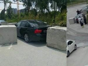 Diparkir Sembarangan, Mobil BMW Ini Dijebak Pakai Batu Beton