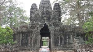SUV Porsche Jelajahi Pelosok Kamboja