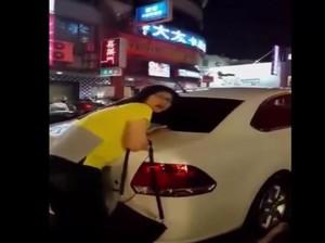 Wanita Ini Ikut Diseret Derek karena Mobil Parkir Sembarangan