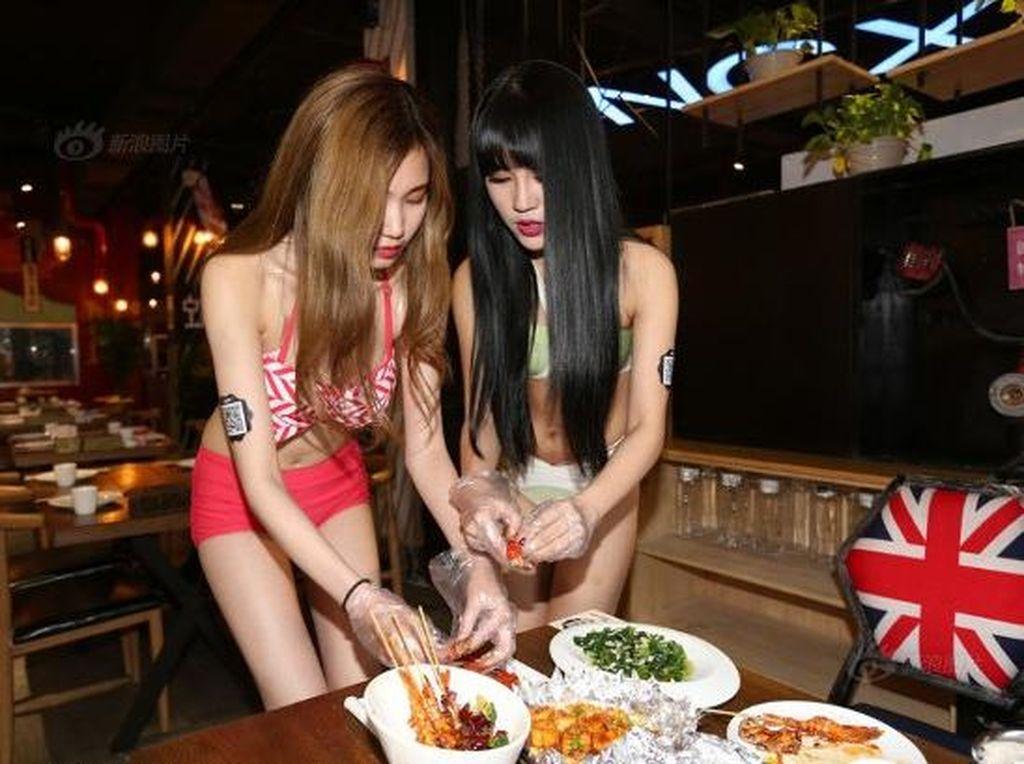 Makan Udang di China, Dilayani Gadis Berbikini