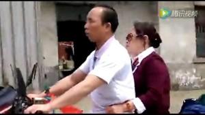 Pria Tunanetra Ini Tetap Kendarai Motor, Istrinya yang Menavigasi