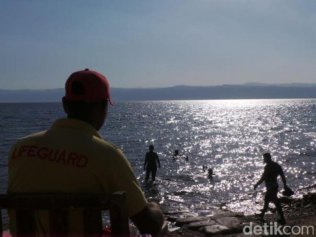 Berenang & Main Lumpur di Titik Terendah di Bumi
